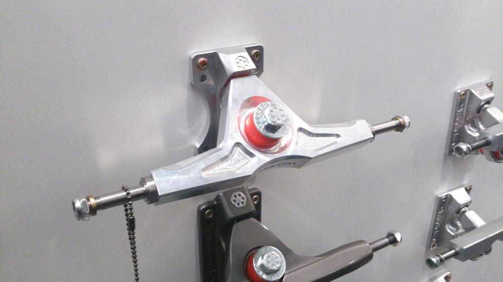 Gunmetal CNC trucks: dal vivo sono fighissimi se funzionano tanto bene quanto son belli c'è da iniziare a mettere via i soldini...