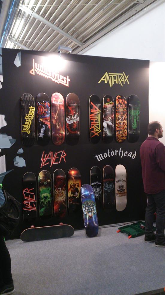 Ci sono gli skate di metallo e poi ci sono  gli skate DEL metallo (headbanging e corna non incluse)